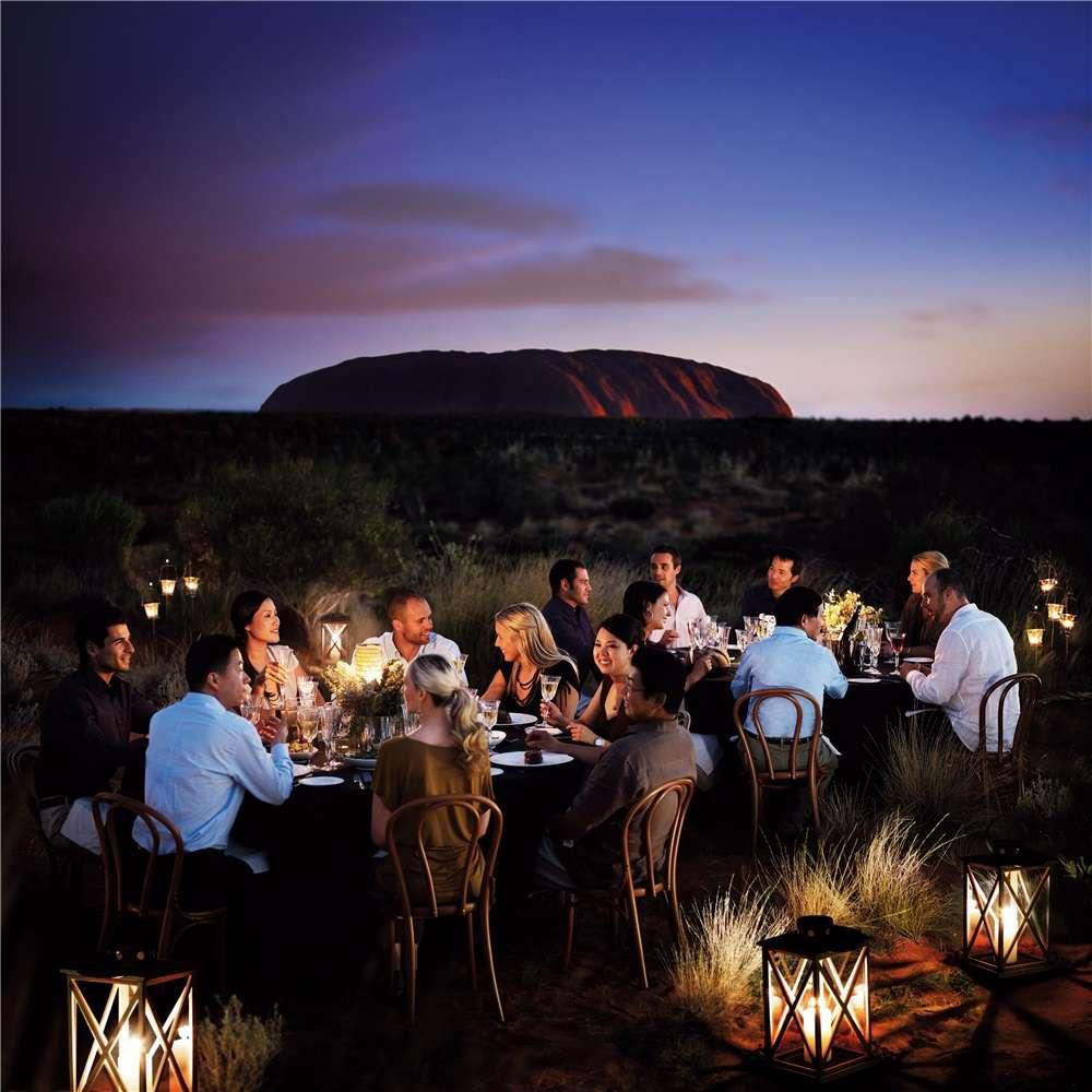 Ăn tối giữa trời sao tại núi đổi màu Urulu Úc