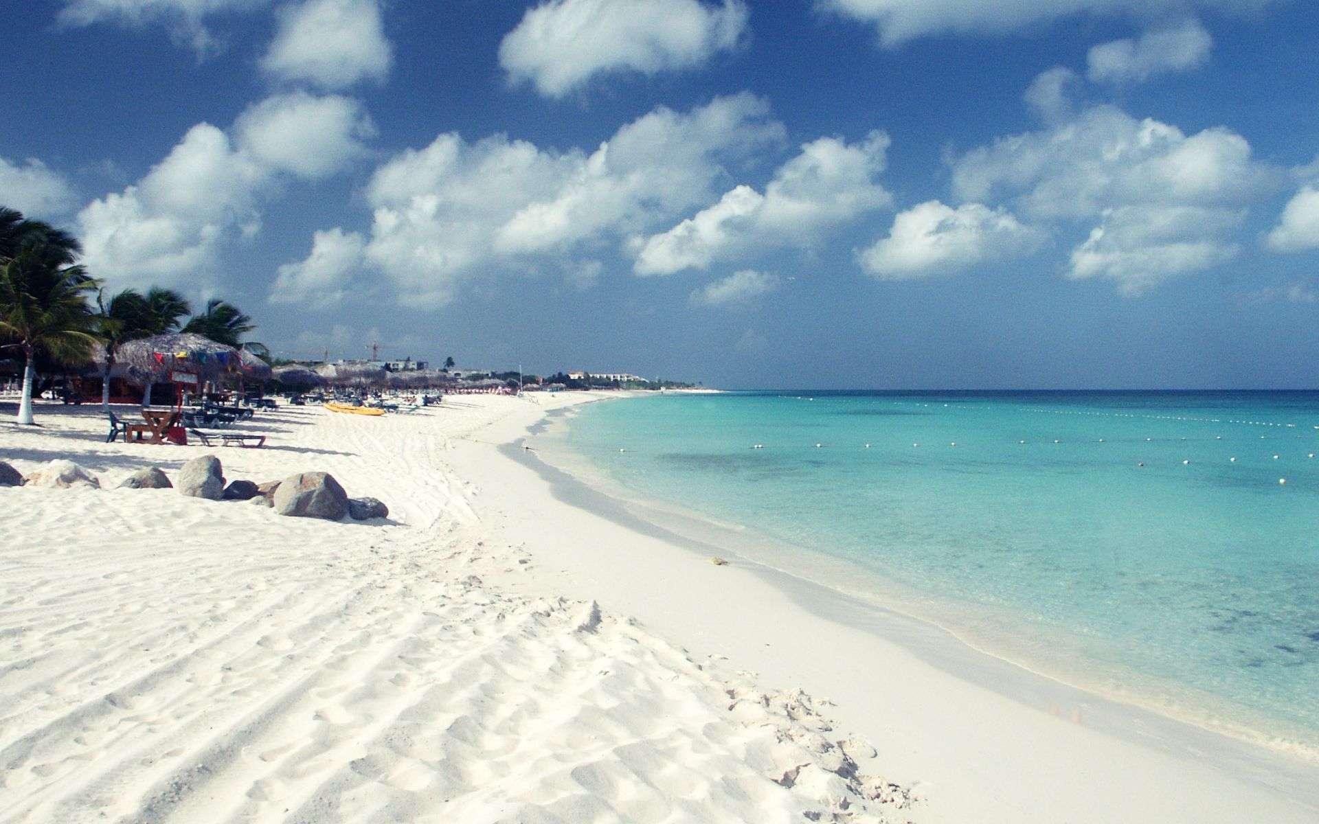 Bãi cát trắng tinhbao quanh làn nước xanh trong suốt tuyệt đẹp