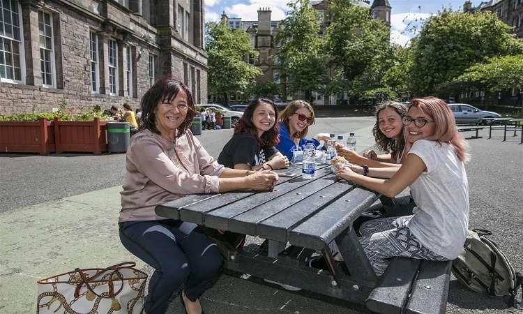 Nên du học Anh hay Úc tốt hơn? Phân tích chi phí, cơ hội định cư