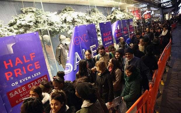 Hàng người xếp dài chờ đợi cửa hàng mở cửa