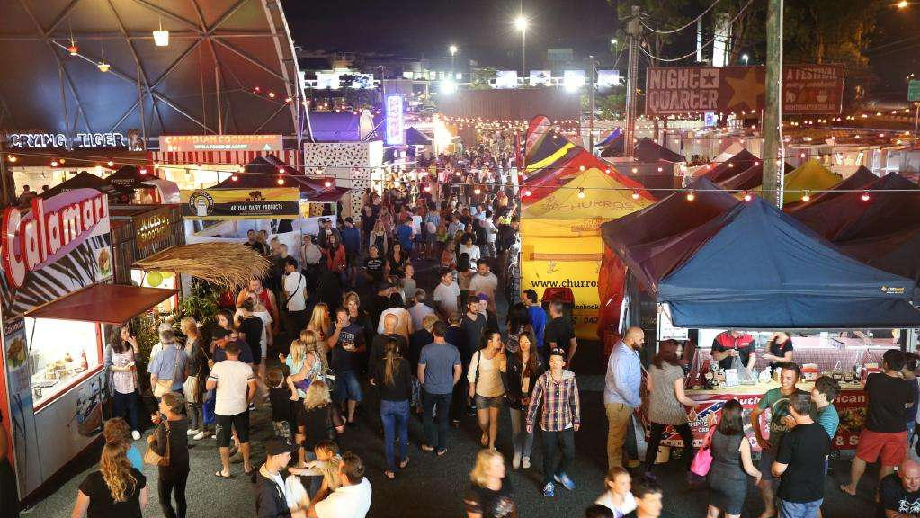 Dòng người đi lại tấp nập trong một chợ đêm ở Gold Coast