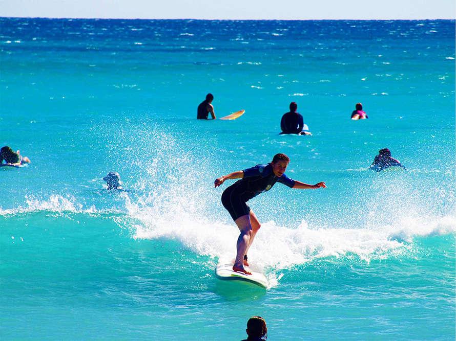 Du khách có thể tham gia các môn thể thao trên biển