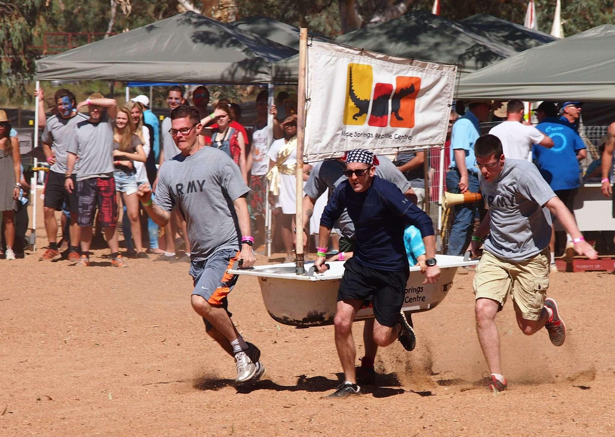 Một chiếc thuyền bồn tắm đang tham gia cuộc đua