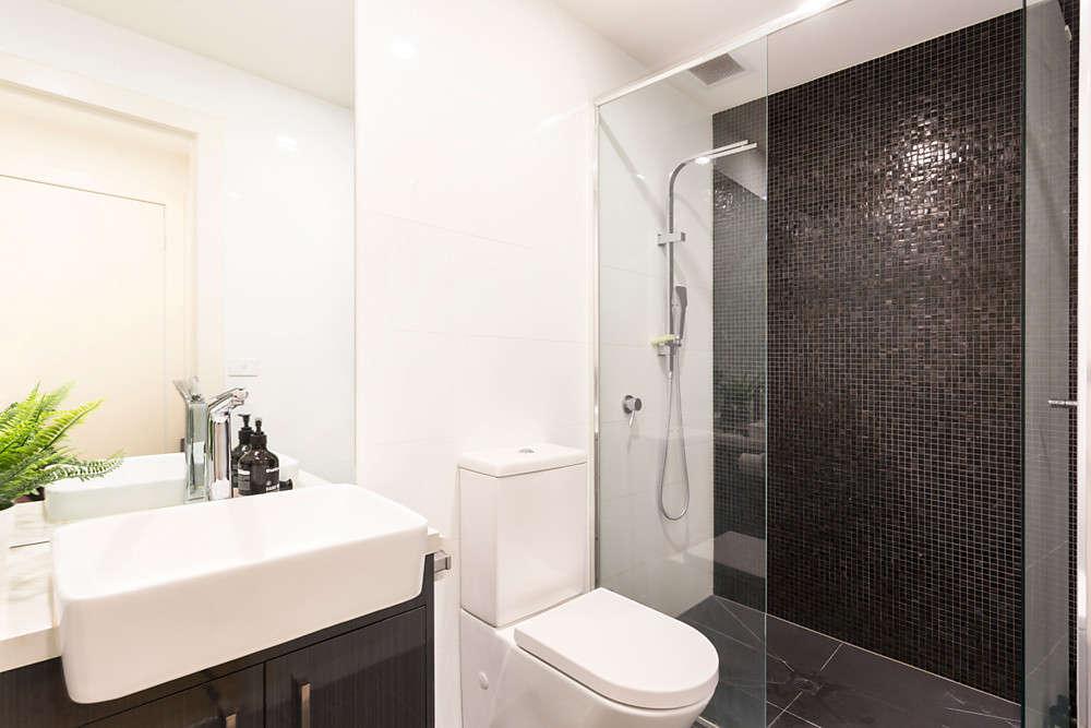 Phòng tắm với vòi hoa sen cỡ lớn và bàn trang điểm