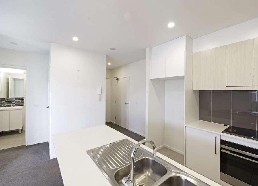 Nhà bếp trang bị bếp điện và lò nướng và máy rửa chén