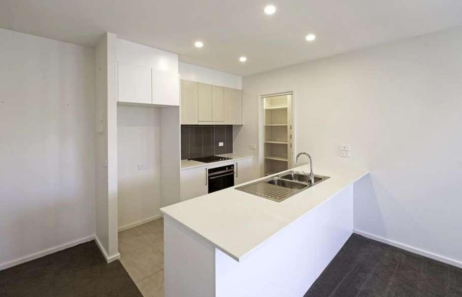 Phòng bếp nhỏ gọn với màu trắng chủ đạo