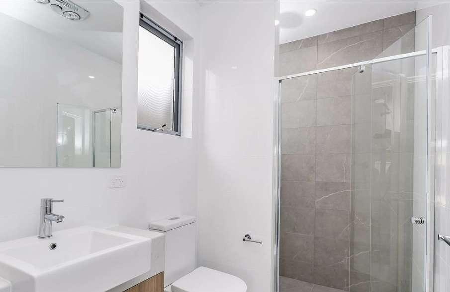 Phòng tắm kính sang trọng, hiện đại