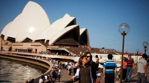 Chụp ảnh kỷ niệm tại nhà hát con sò Sydney để lưu giữ kỷ niệm