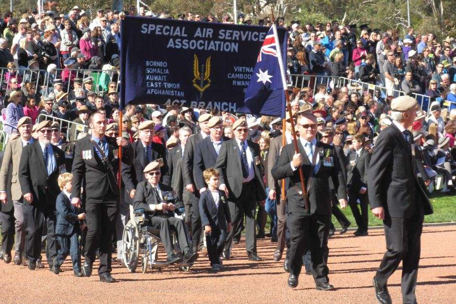 Các cựu chiến binh cũng tụ họp tại nơi công cộng để kỷ niệm