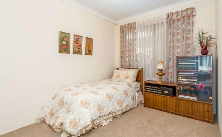 Một phòng ngủ khác trong nhà với cửa sổ rộng thông thoáng