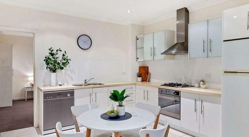 Phòng bếp và bàn ăn gọn gàng, đầy đủ trang thiết bị