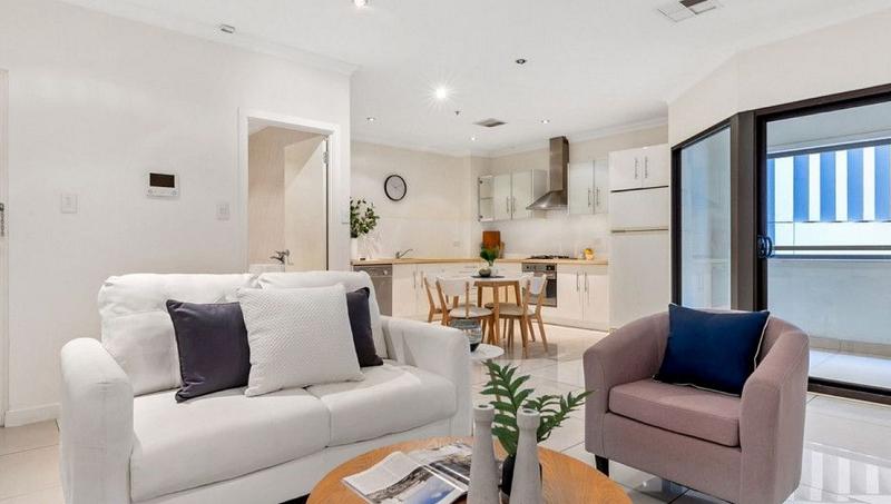 Phòng khách và bếp không gian mở rộng rãi