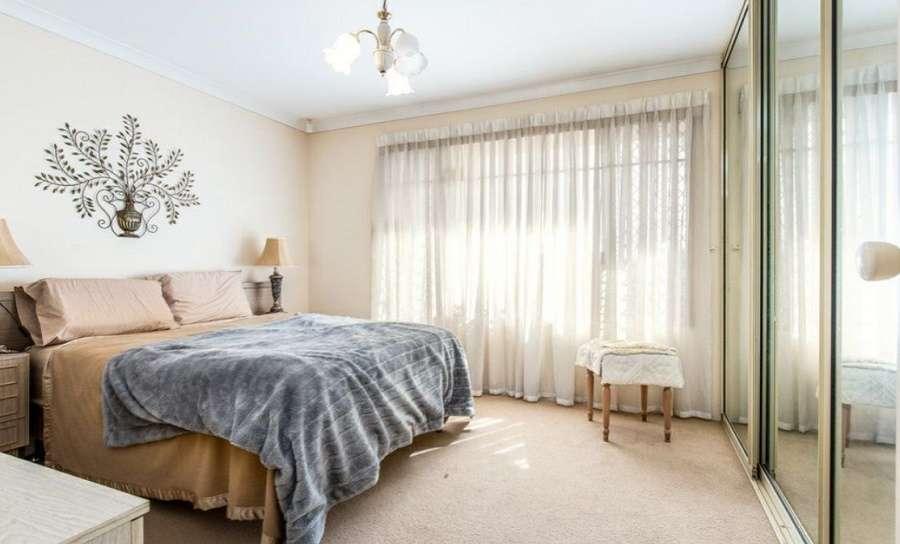 Phòng ngủ lớn của ngôi nhà rộng rãi, trang nhã