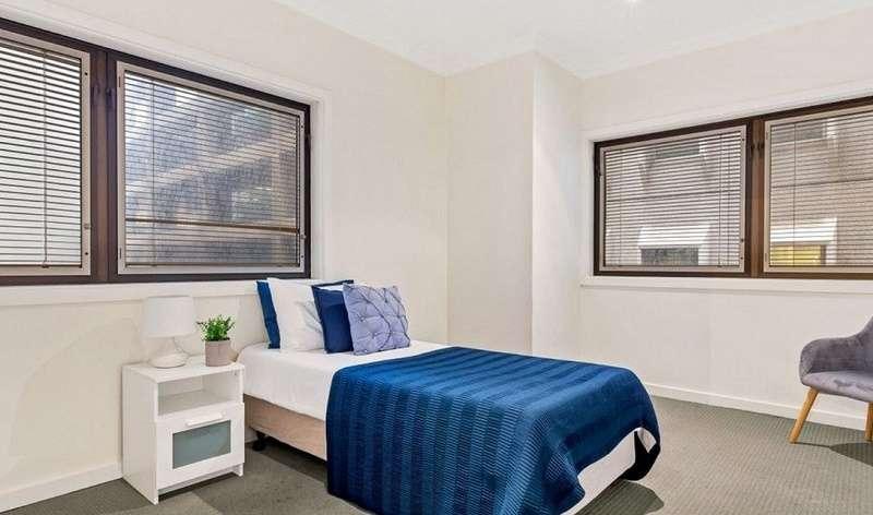 Phòng ngủ thứ 3 thông thoáng với nhiều cửa sổ