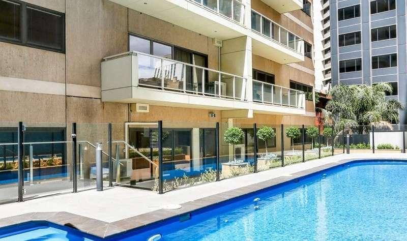 Tòa nhà căn hộ có hồ bơi rộng rãi