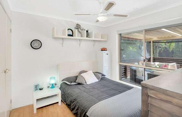 Một phòng ngủ khác của ngôi nhà hướng ra ban công