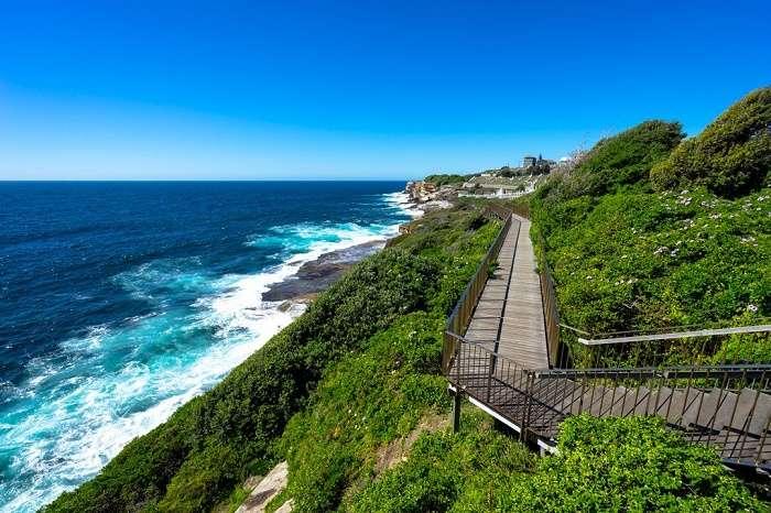 Tản bộ trên con đường dọc biển Bondi Sydney Úc