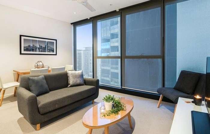 Một mặt tường phòng khách bằng kính khiến ngôi nhà chan hòa ánh sáng