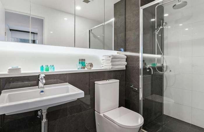 Nhà vệ sinh căn hộ sạch sẽ, hiện đại