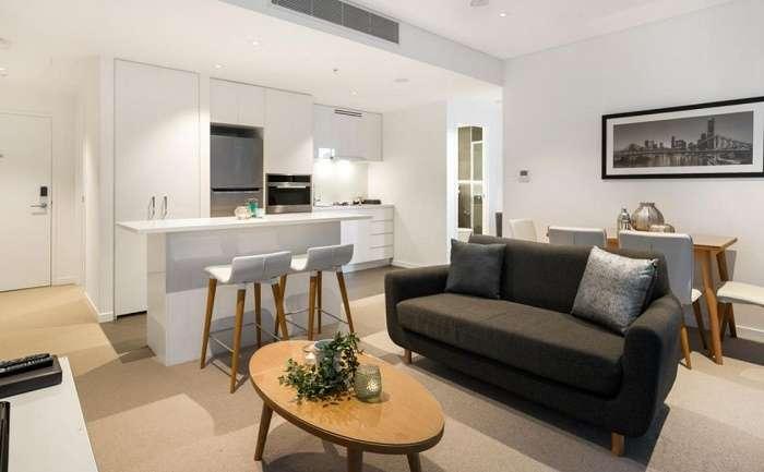 Phòng khách và bếp không gian mở hiện đại