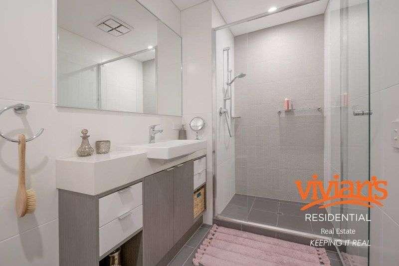 Phòng tắm thứ nhất hiện đại trang bị vòi hoa sen