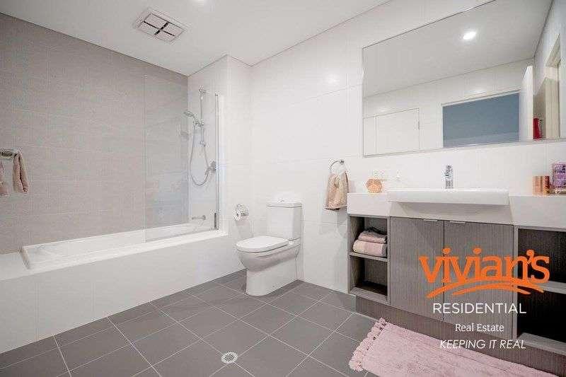 Từ phòng ngủ có thể đi vào phòng tắm chính của căn hộ