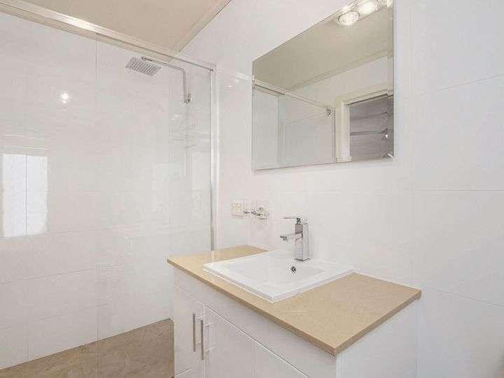 Bên trong phòng tắm gọn gàng của phòng ngủ chính