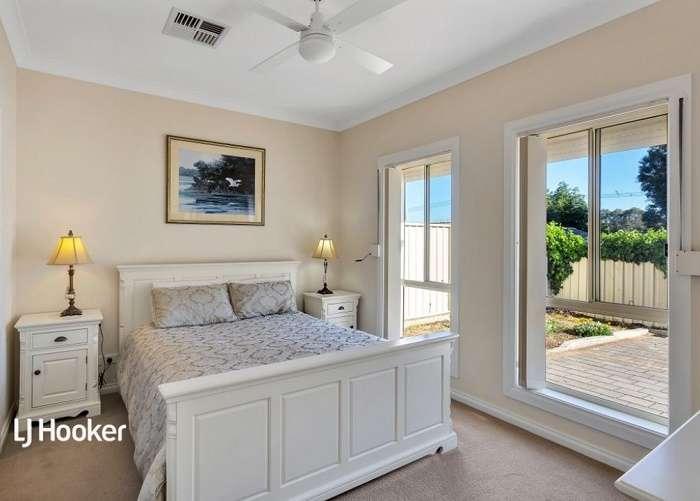 Cửa sổ thông thoáng giúp phòng luôn tràn ngập ánh sáng