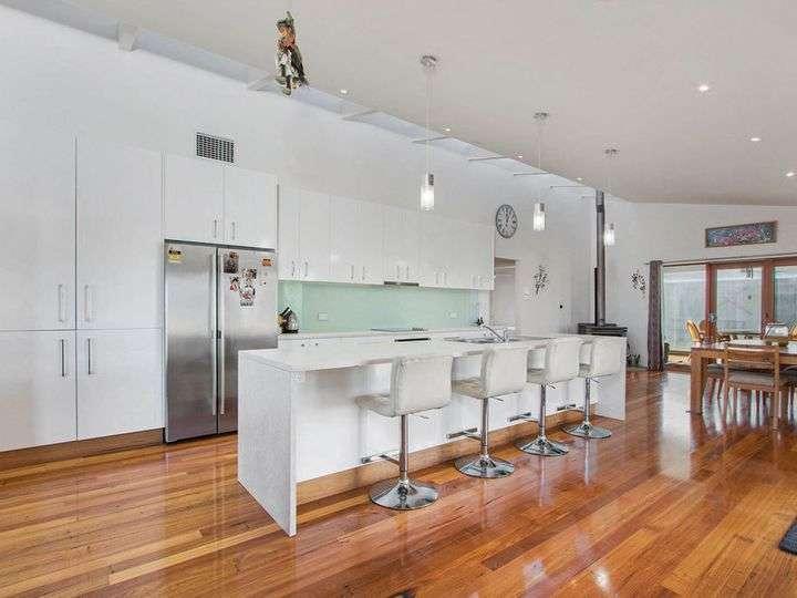 Không gian bếp hiện đại có quầy bar bếp dài