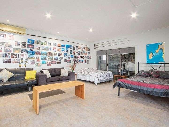 Khu nhà bố trí giường ngủ và ghế sofa giải trí