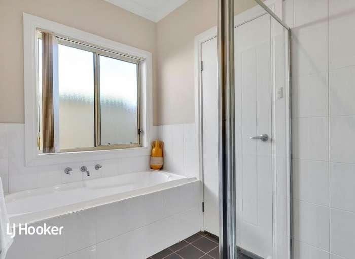 Nhà tắm có bồn tắm và vòi sen