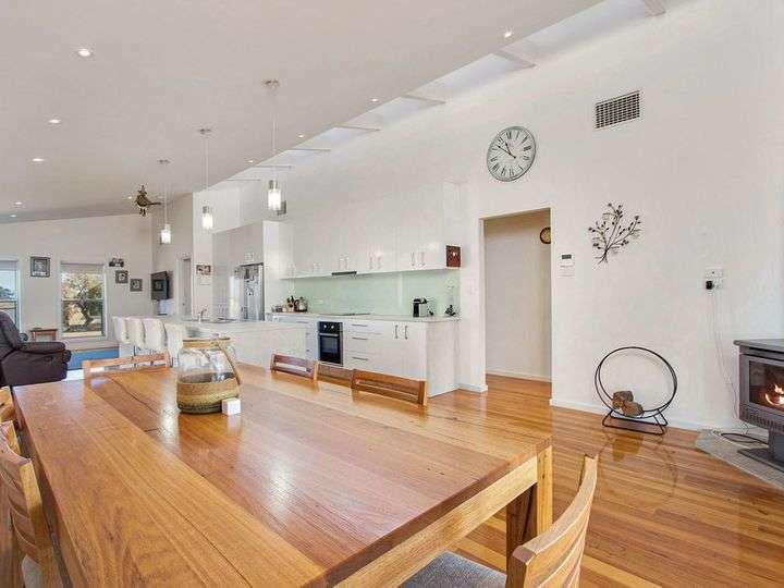 Phòng khách, bếp và bàn ăn ở cùng một không gian mở