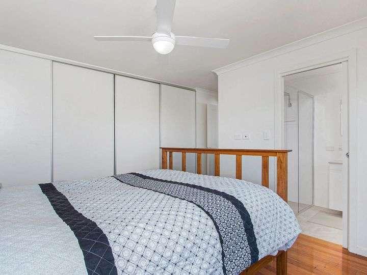 Phòng ngủ chính có tủ âm tường vàphòng tắm riêng
