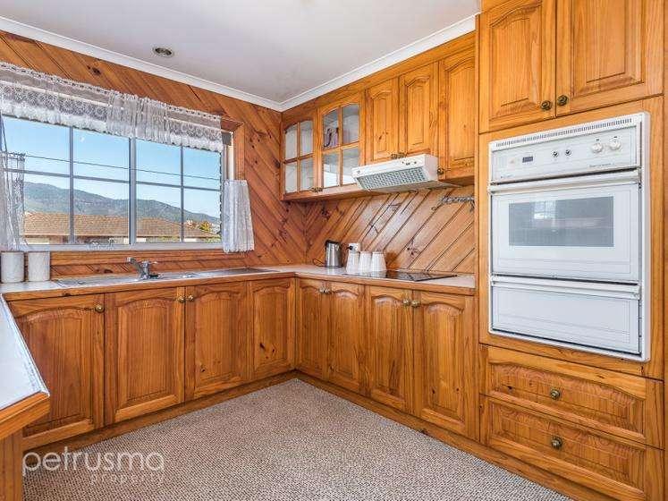 Khu bếp với đồ nội thất gỗ nổi bậtnhiều tủ đựng đồ