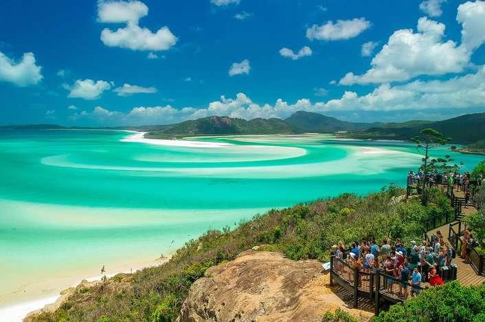 Leo lên đồi để ngắm nhìn vẻ đẹp của bãi biển lãng mạn Whitehaven