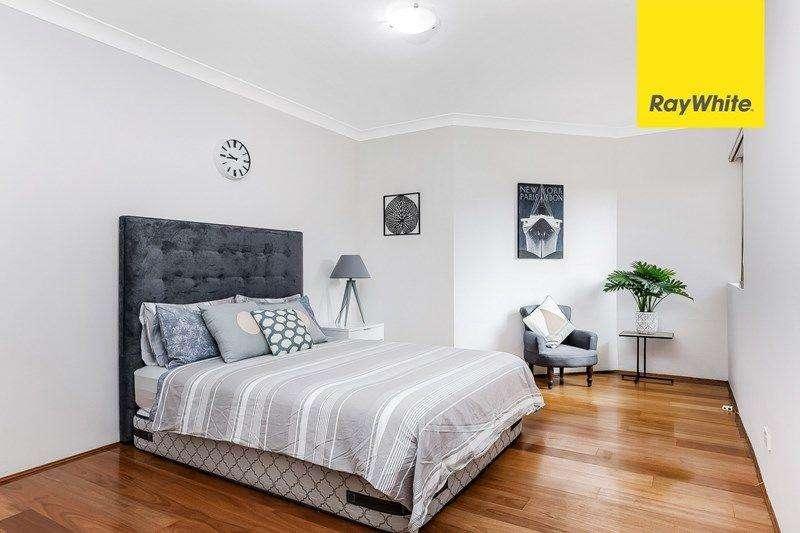 Một phòng ngủ thiết kế tông xám nhạt mang lại vẻ cổ điển pha hiện đại