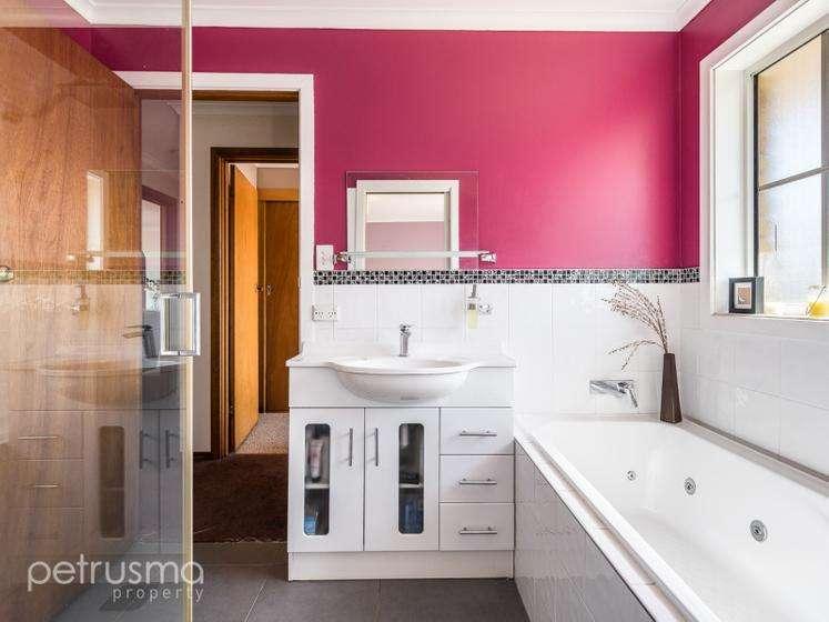 Nhà tắm có bồn tắm và vòi sen tiện nghi