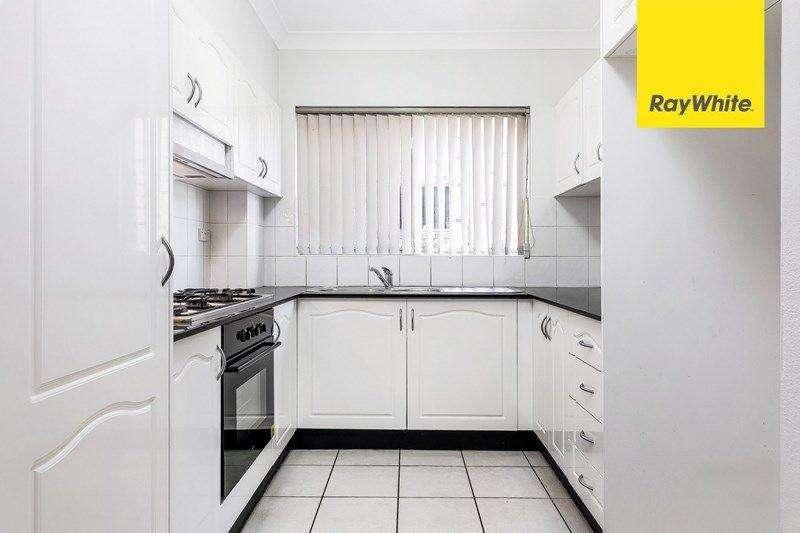 Phòng bếp thiết kế tông trắng chủ đạo khiến nó trông rộng hơn