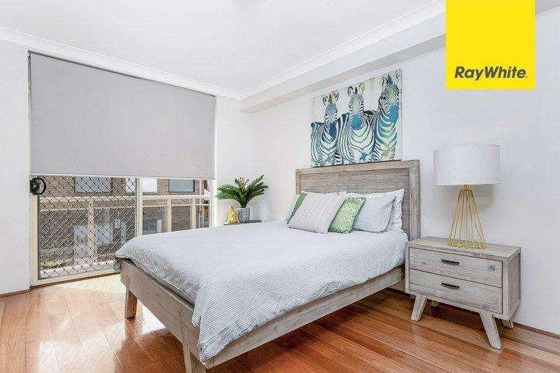 Phòng ngủ thiết kế trang nhã, mặt tường kính giúp phòng thông thoáng