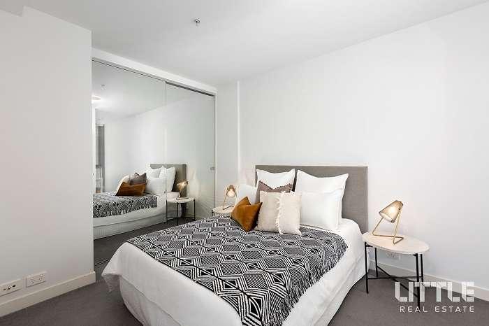 Phòng ngủ với gam trắng cho cảm giác rộng rãi