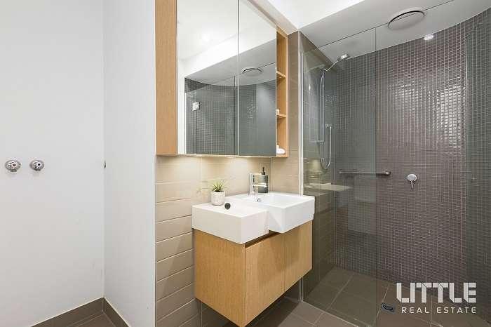 Phòng tắm lát gạch với thiết kế hiện đại