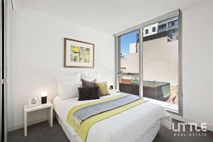 Tường kính phòng ngủ mang lại sự thoáng đãng và ánh sáng vào phòng