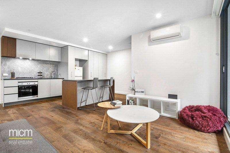Phòng khách và khu bếp không gian mở thông nhau tạo cảm giác ấm cúng