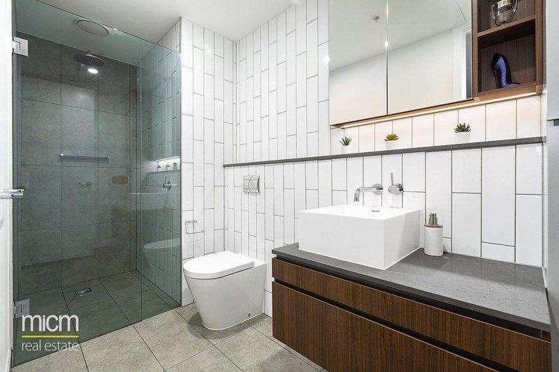 Phòng tắm lát gạch trang nhã, có vòi hoa sen, đầy đủ tủ đựng lớn
