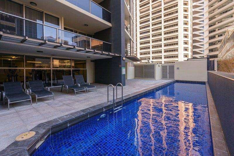 Hồ bơi nước nóng ngoài trời của tòa nhà