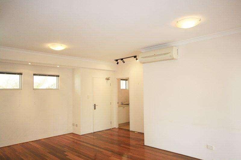 Phòng ngủ chính căn hộ ở Perth có nhà vệ sinh