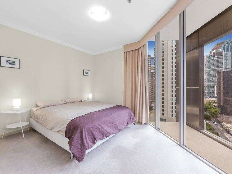 Phòng ngủ có cửa kính lớn tầm nhìn ra bên ngoài