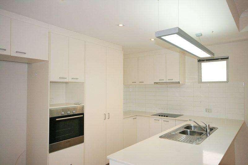 Tủ bếp rộng nhiều không gian lưu trữ đồ