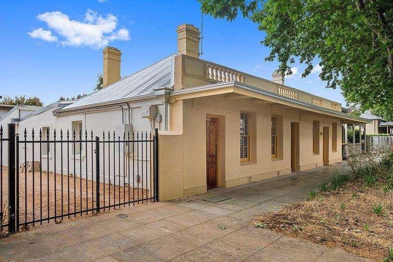 Bên ngoài ngôi nhà liền kề ở Bắc Adelaide