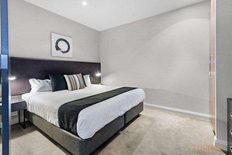Phòng ngủ căn hộ ở Adelaide rộng có tivi